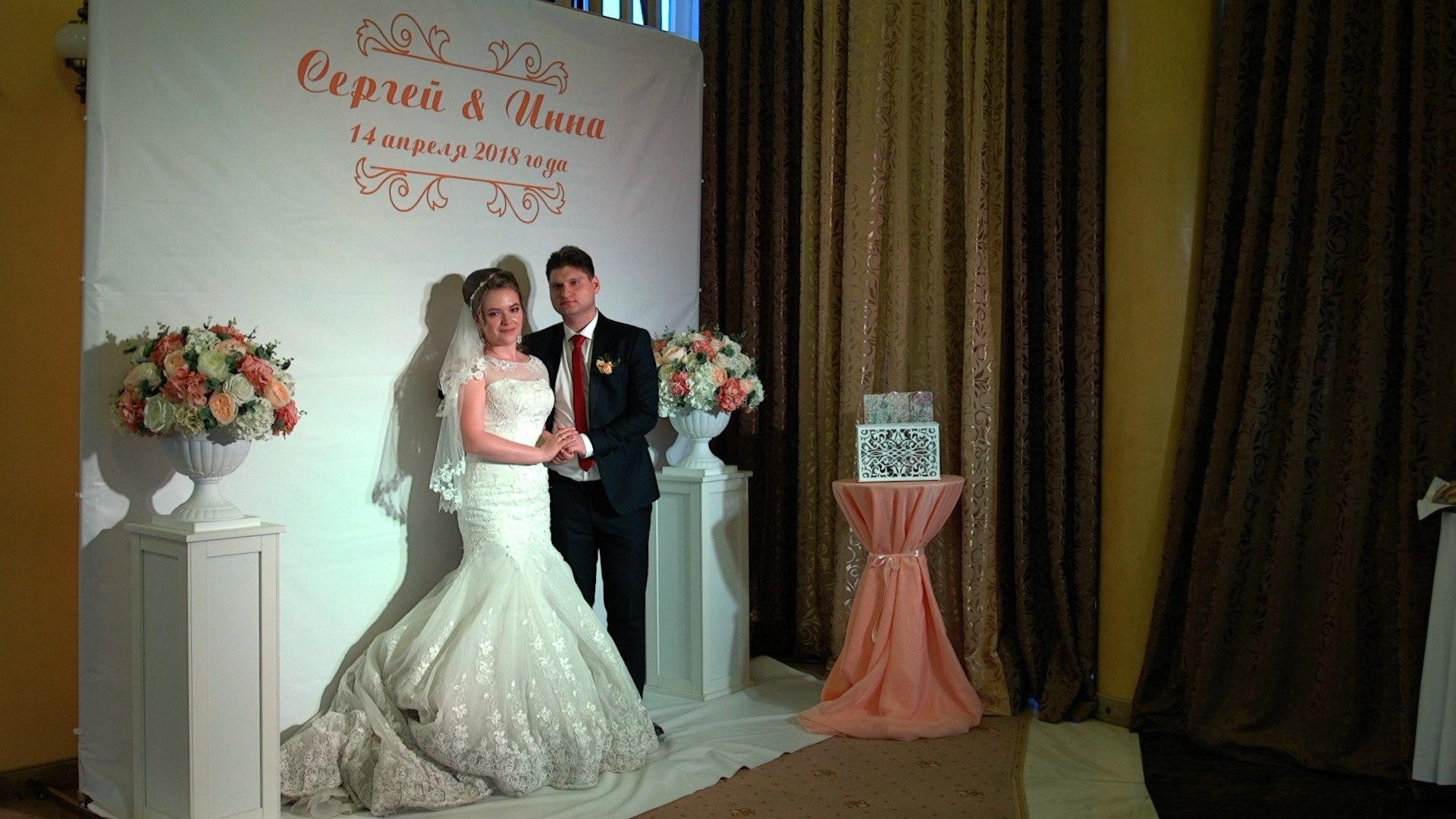Прическа с приталенным свадебным платьем35790